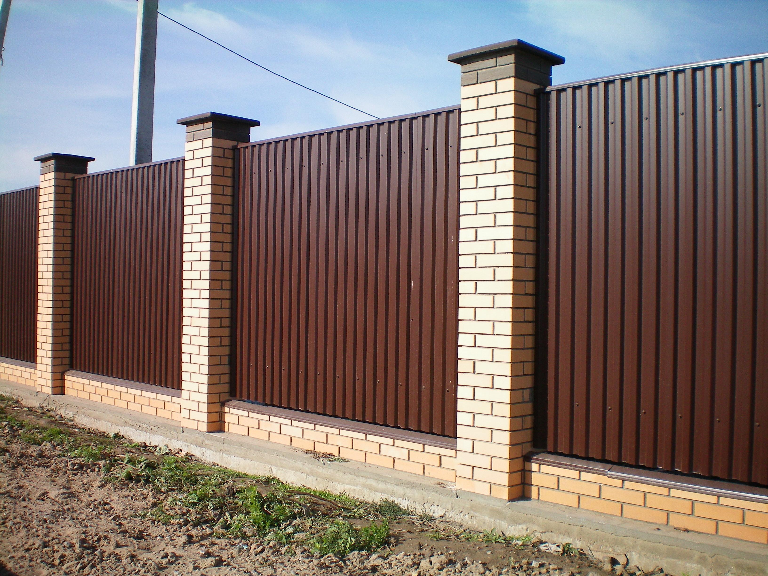 Забор со столбами элементы автоматических ворот